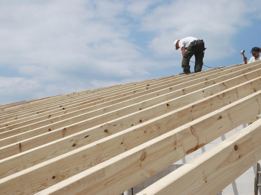 Richten eines Dachstuhl - Dachdeckerei Steding